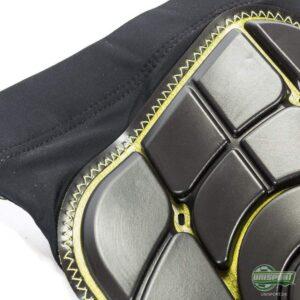 Skallen er syet på sokken på G-Forms benskinner.